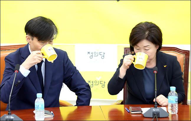 심상정 정의당 대표가 9월 17일 오후 국회 대표실을 방문한 조국 법무부 장관과 나란히 물을 마시고 있다. ⓒ데일리안 박항구 기자