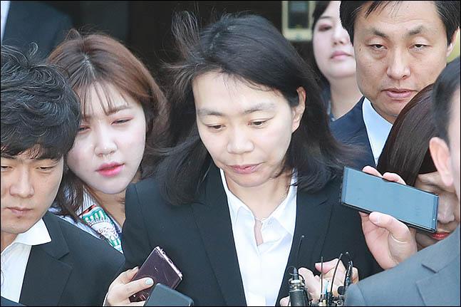 조현아 전 대한항공 부사장이 서울 서초구 서울중앙지방법원에서 열린 외국인 가사도우미를 불법 고용한 혐의에 대한 첫 공판을 마친 후 법원을 나서고 있다. ⓒ데일리안 류영주 기자