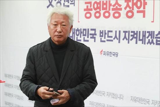 류석춘 자유한국당 혁신위원장이 2017년 7월 31일 오전 서울 여의도 자유한국당 당사에서 혁신위 긴급성명발표를 마친 후 당사 브리핑실을 나서고 있다.(자료사진) ⓒ데일리안 홍금표 기자