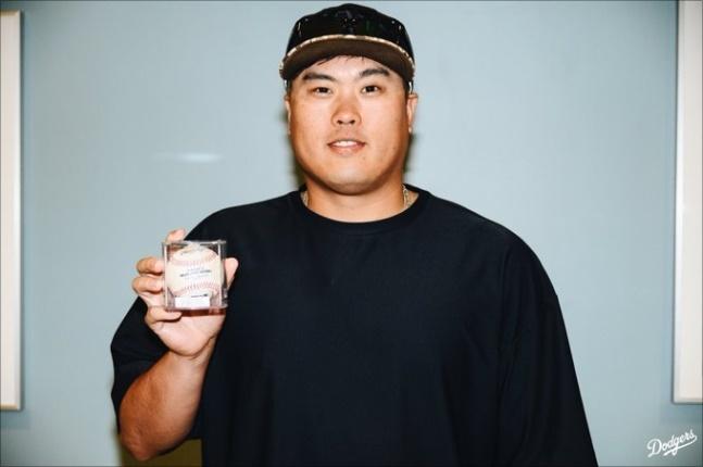류현진이 콜로라도전 후 홈런볼을 회수해 기념촬영을 하고 있다. ⓒ LA다저스