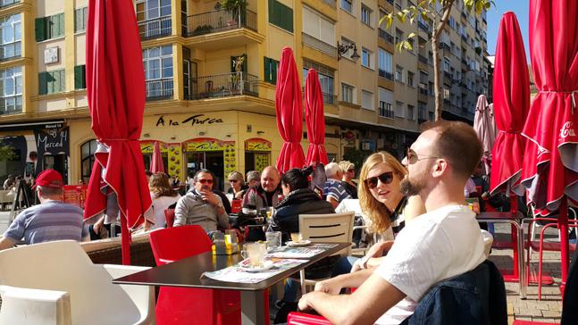 스페인 말라가 시내 피카소 생가 앞의 카페에는 2월임에도 따뜻한 태양으로 가벼운 옷차림의 사람들이 많다. 그들 중에는 특히 말라가의 태양을 따라 온 스웨덴 사람들이 많다. (사진 = 이석원)