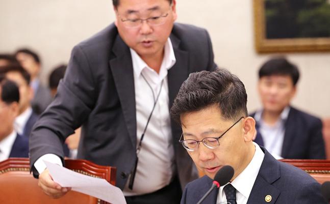 김현수 농림축산식품부 장관이 지난달 24일 오전 국회 농림축산식품해양수산위 전체회의에 출석, 관계자들과 답변 준비를 하고 있다. ⓒ연합뉴스