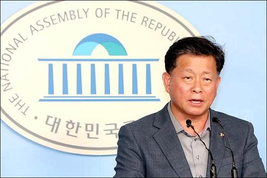 김명연 자유한국당 수석대변인이 황교안 대표의 입장문을 국회 기자회견장에서 대독하고 있다(자료사진). ⓒ데일리안 박항구 기자