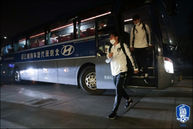 벤투호는 축구대표팀 선수단 25명을 비롯해 대한축구협회 임원, 코치진 등 총 55명만이 방북에 나서 제대로 된 응원도 받지 못하고 외로운 싸움을 하게 됐다. ⓒ 대한축구협회