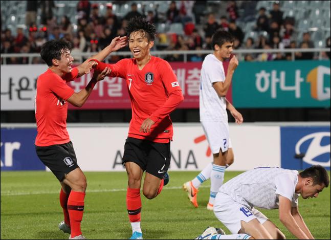 14일 오후 충남 천안종합운동장에서 열린 U-22 축구대표팀 평가전 대한민국 대 우즈베키스탄 경기에서 선취골을 넣은 한국 정우영이 기뻐하고 있다. ⓒ 뉴시스