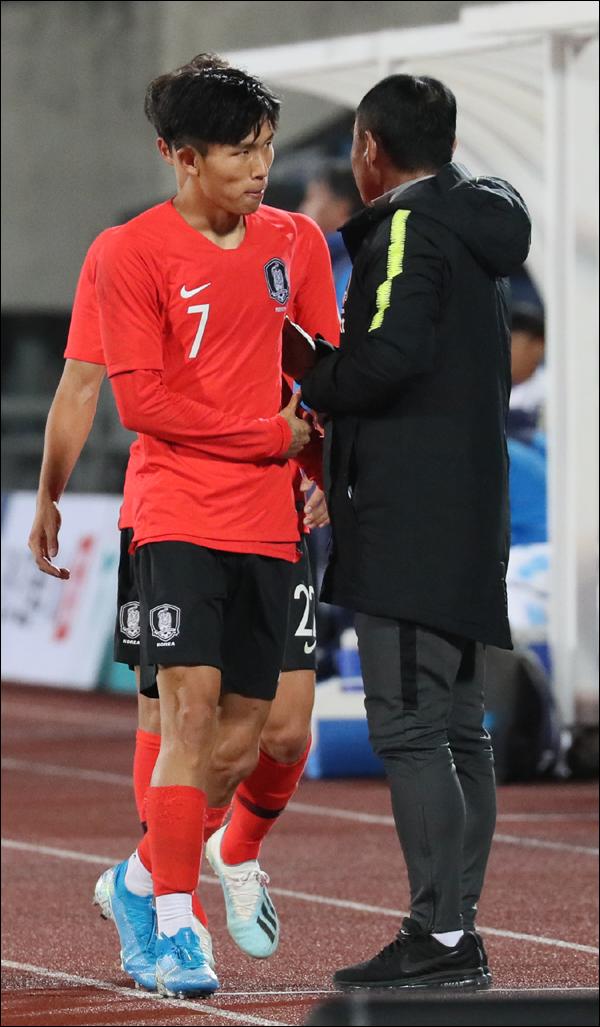 14일 오후 충남 천안종합운동장에서 열린 U-22 축구대표팀 평가전 대한민국 대 우즈베키스탄 경기에서 한국 정우영이 후반 교체되고 있다. ⓒ 뉴시스