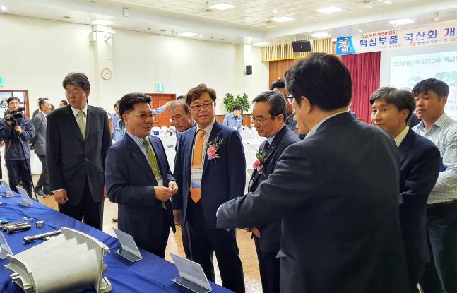 박일준 한국동서발전 사장(왼쪽에서 세 번째)이 국산화 개발 회사 관계자로부터 설명을 듣고 있다.ⓒ한국동서발전