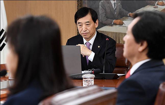 이주열(가운데) 한국은행 총재가 16일 오전 서울 중구 한국은행에서 금융통화위원회 통화정책회의를 주재하고 있다. ⓒ데일리안 류영주 기자