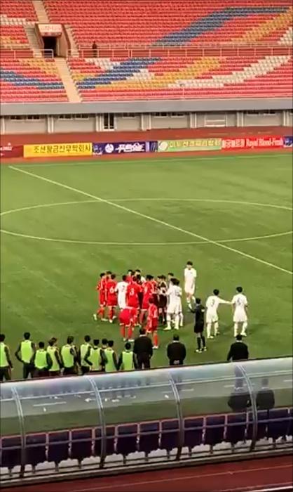 [대한민국 북한] 전반 한때 선수들이 신경전을 펼치며 한데 모이는 상황이 발생하자 경기 감독관이 안전요원까지 대기시키는 아슬아슬한 장면도 공개됐다. 요아킴 베리스트룀 북한 주재 스웨덴 대사 트위터 캡처