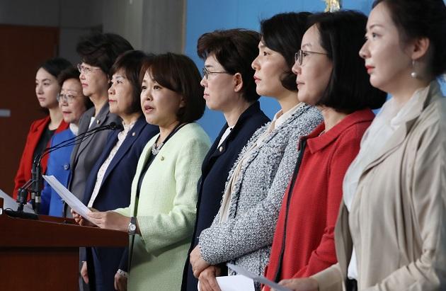 송희경 중앙여성위원장 및 당 소속 여성국회의원들이 17일 오후 서울 여의도 국회 정론관에서 KBS 여기자 성희롱 유튜브 방송(알릴레오, 유시민 이사장) 규탄 기자회견을 하고 있다.