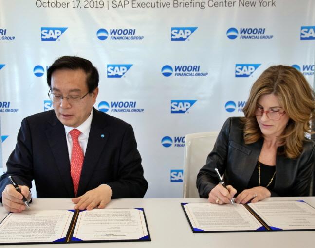 손태승(왼쪽) 우리금융그룹 회장과 제니퍼 모건 SAP 최고경영자가 기업금융 부문 디지털 트랜스포메이션을 위한 업무협약서에 서명하고 있다.ⓒ우리금융그룹