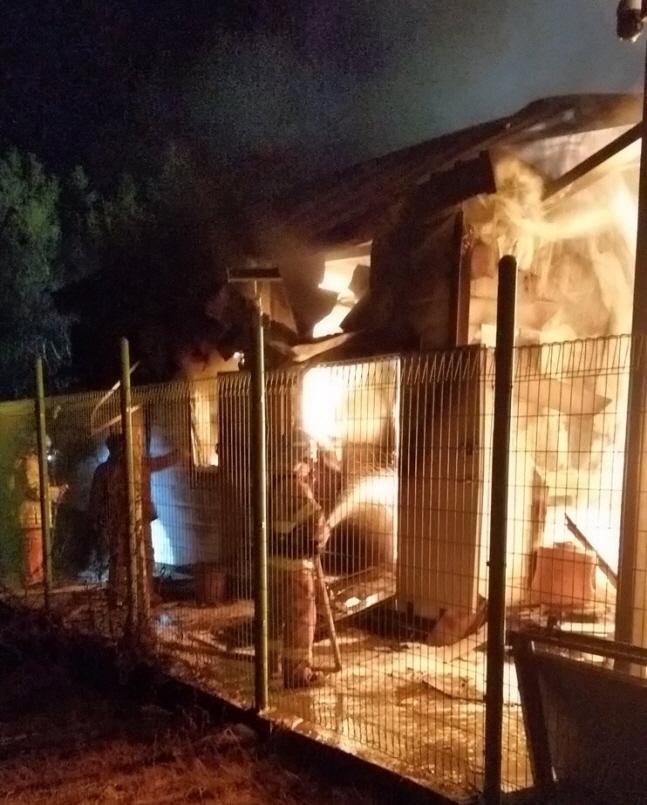 지난해 12월 22일 오후 5시 30분께 강원 삼척시 근덕면 궁촌리 한 태양광 발전설비 ESS에서 불이 나 119 대원들이 불을 끄고 있다.(자료사진)ⓒ연합뉴스