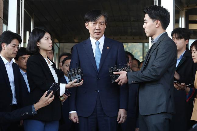 전격적으로 사의를 표명한 조국 법무부 장관이 지난 14일 오후 경기도 정부과천청사 법무부를 나서며 사퇴 입장을 밝히고 있다. ⓒ데일리안 홍금표 기자