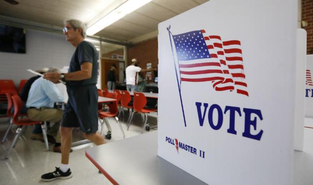 미시시피 주 당내 예비선거를 위한 투표소를 한 유권자가 지나가고 있다. ⓒ뉴시스
