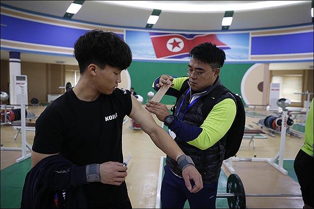 최우성 코치가 배문수 선수(경북개발공사)의 팔에 테이핑 해주고 있다. ⓒ사진공동취재단