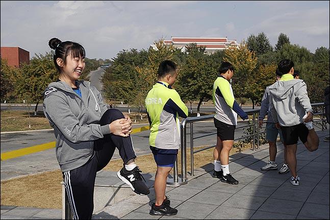 우리 선수단이 첫 훈련을 위해 평양 청춘가역도전용경기장에 도착해 앞선 인도네시아 선수들의 훈련이 끝나기를 기다리며 가볍게 몸을 풀고 있다. ⓒ사진공동취재단