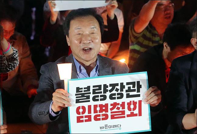 손학규 바른미래당 대표가 서울 광화문 세종대왕상 앞에서 촛불집회를 이끌고 있다(자료사진). ⓒ데일리안 박항구 기자