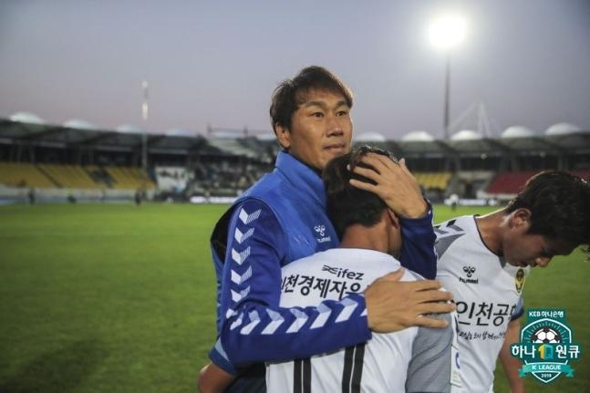 유상철 감독이 성남FC전 승리 후 선수들과 기쁨을 나눴다. ⓒ 한국프로축구연맹