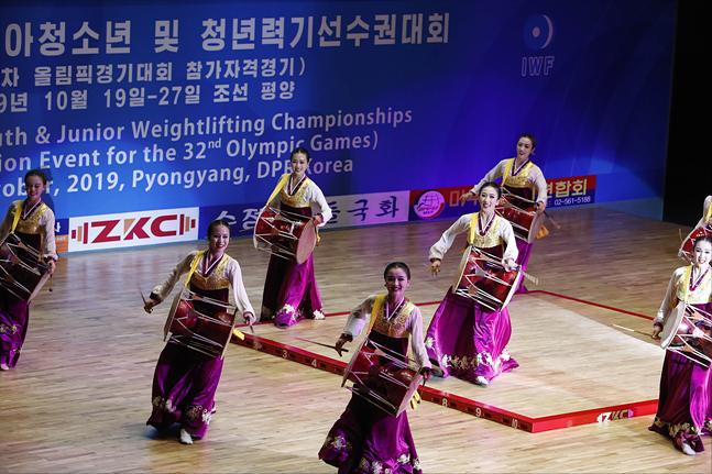 20일 오후 평양 청춘가역도경기장에서 열린 2019 아시아 유소년·주니어 역도선수권대회 개막식에서 축하공연이 펼쳐지고 있다. ⓒ사진공동취재단