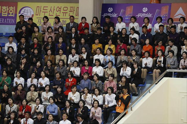 20일 오후 평양 청춘가역도경기장에서 열린 2019 아시아 유소년·주니어 역도선수권대회 개막식을 각국 선수단과 평양 시민들이 지켜보고 있다. ⓒ사진공동취재단