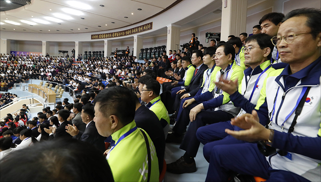 20일 오후 평양 청춘가역도경기장에서 열린 2019 아시아 유소년·주니어 역도선수권대회 개막식에서 남측 선수단이 박수를 치고 있다. ⓒ사진공동취재단