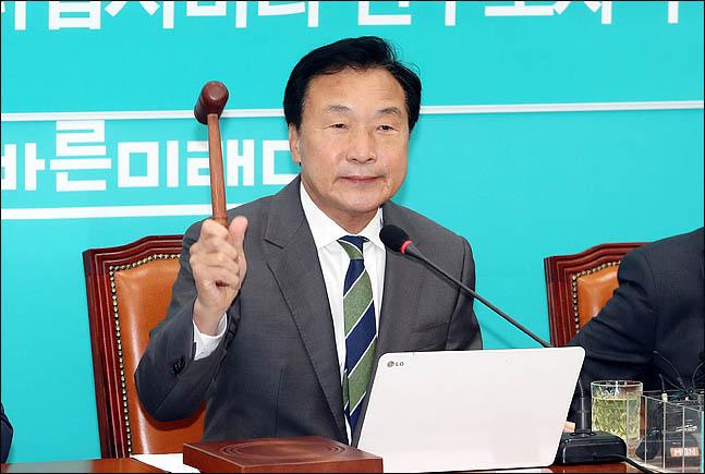 손학규 바른미래당 대표가 21일 오전 국회에서 열린 최고위원회의에서 의사봉을 두드리고 있다. ⓒ데일리안 박항구 기자