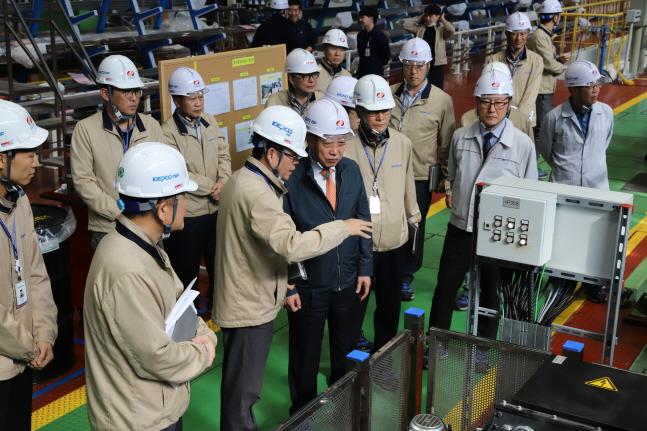 정상봉 한전원자력연료 사장이 21일 주요 시설물에 대한 현장 안전점검을 실시하고 있다.ⓒ한전원자력연료