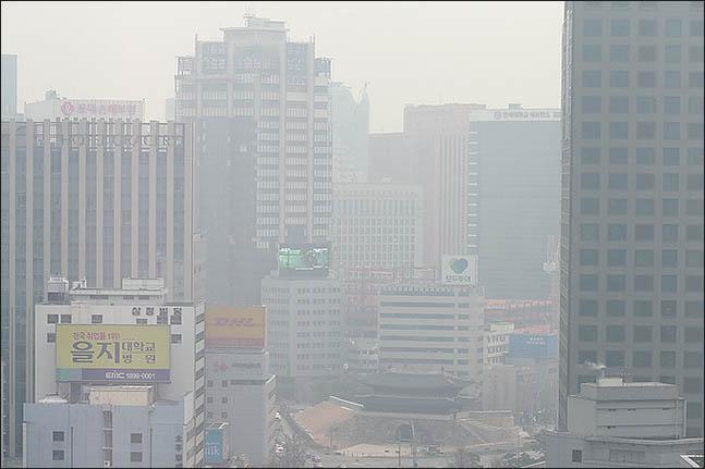 환경부와 서울특별시·인천광역시·경기도 등 수도권 3개 시·도는 21일 오전 6시부터 이 지역에서 시행한 고농도 미세먼지(PM-2.5) 예비저감조치를 오후 5시 30분에 해제했다고 밝혔다. 사진은 서울 중구의 도심이 뿌옇게 보이는 모습.(자료사진)ⓒ데일리안 류영주 기자