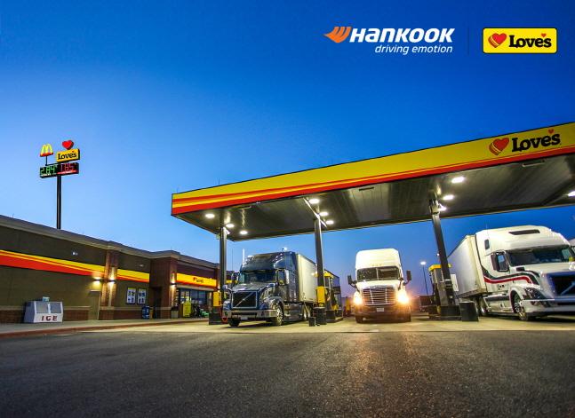 한국타이어앤테크놀로지㈜는 미국 최대의 트럭 정비 네트워크를 보유한 고속도로 트럭스탑(Truck Stop) 업체 러브스 트래블 스톱과 파트너십을 체결, 미국 시장에서 트럭·버스용 타이어 유통 채널을 한층 강화한다고 22일 밝혔다.ⓒ한국타이어앤테크놀로지