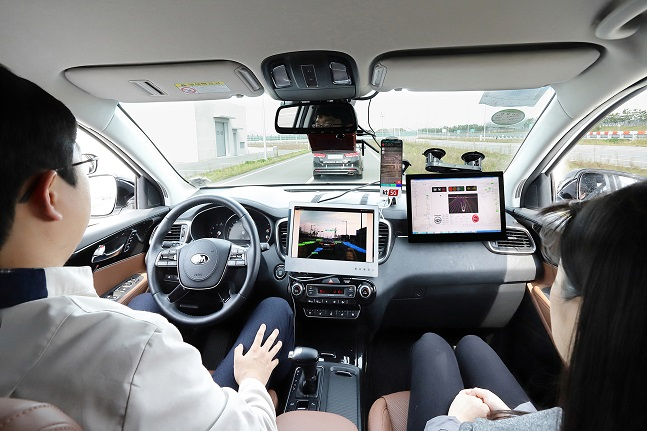 KT 직원들이 22일 충남 서산 현대모비스 서산주행시험장에서 모비스의 자율주행차 '엠빌리'로 KT 5G V2X 기반 자율주행 기술을 시연하고 있다.ⓒKT