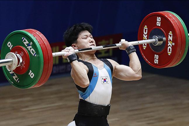 22일 평양 청춘가역도경기장에서 열린 2019 아시아 유소년·주니어 역도선수권대회에서 유소년 남자 61kg급에 출전한 신록 선수(17·고흥고)가 용상 2차시기 151kg 바벨을 들어올리고 있다. ⓒ사진공동취재단
