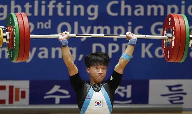22일 평양 청춘가역도경기장에서 열린 2019 아시아 유소년·주니어 역도선수권대회에서 유소년 남자 61kg급에 출전한 배문수 선수(20·경북개발공사)가 용상 3차시기 153kg 바벨을 들어올리고 있다. ⓒ사진공동취재단