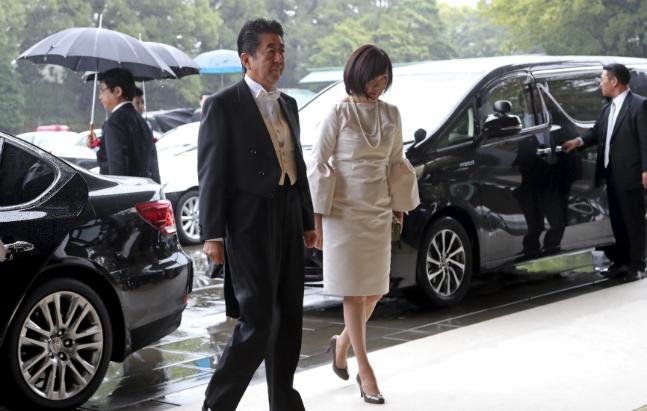 아베 신조 일본 총리의 배우자 아키에 여사가 지난 22일 일본 도쿄에서 열린 나루히토 일왕 즉위식에 참석하기 위해 도착하고 있다. ⓒ뉴시스