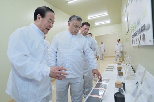 전영현 삼성SDI 사장(왼쪽)이 지난 2017년 5월 29일 헝가리 괴드시에서 거행된 삼성SDI 전기차배터리 공장 준공식에서 빅토르 오르반 헝가리 총리(가운데)에게 리튬이온 배터리 소재들을 설명하고 있다.ⓒ삼성SDI
