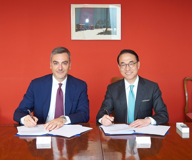 홍원표 삼성SDS 대표(오른쪽)가 지난 2일 주한 이탈리아 대사관저에서 파브리지오쿠르치(Fabrizio Curci) 피에라 밀라노 대표와 디지털 트랜스포메이션 추진을 위한 전략적 파트너십을 체결한 뒤 기념촬영을 하고 있다.ⓒ삼성SDS