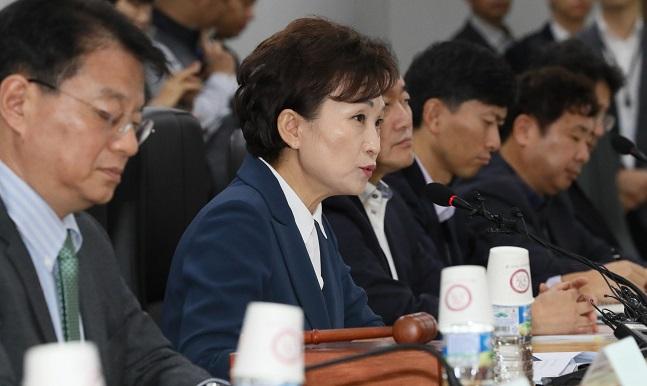 김현미 국토교통부 장관이 6일 오전 정부세종청사에서 민간택지 분양가상한제 적용지역을 결정하는 주거정책심의위원회를 주재하고 있다.ⓒ뉴시스