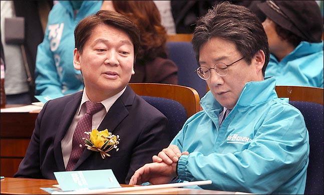 안철수 전 대표가 초조한 표정으로 시계를 보고 있는 유승민 바른미래당 전 대표를 넘겨다보고 있다(자료사진). ⓒ데일리안 박항구 기자