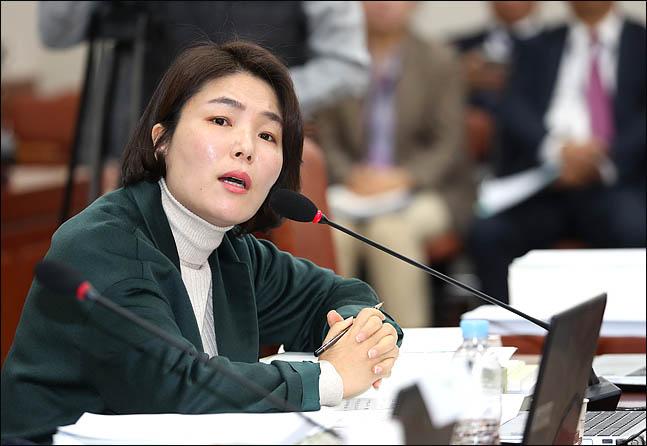 전희경 자유한국당 의원이 8일 국회에서 열린 국회 교육위원회 전체회의에서 질의하고 있다. ⓒ데일리안 박항구 기자