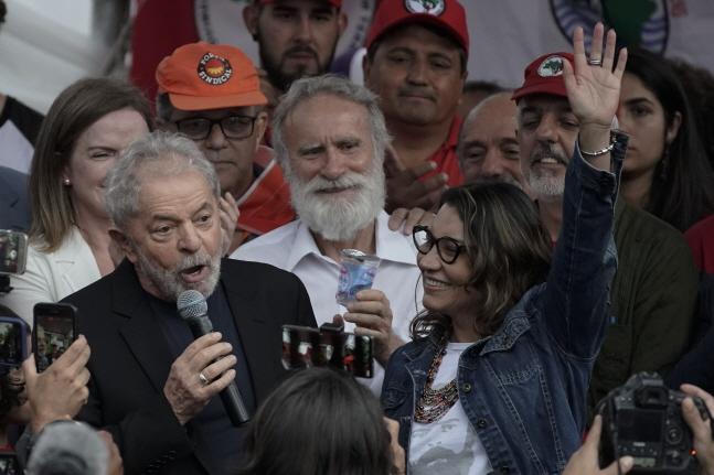 부패 혐의로 수감됐던 루이스 이나시오 룰라 다 시우바 브라질 전 대통령이 8일(현지시간) 석방돼 브라질 쿠리치바의 연방 경찰시설에서 나와 지지자들에게 연설하고 있다.ⓒ뉴시스