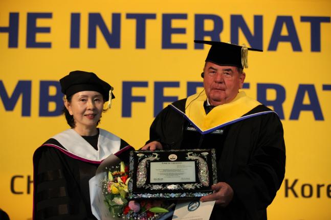박선경 용인대학교 총장(사진 왼쪽)이 7일 바실라 셰스타코프 국제삼보연맹 회장에게 무도학 명예박사학위를 수여하고 있다. ⓒ용인대학교 제공