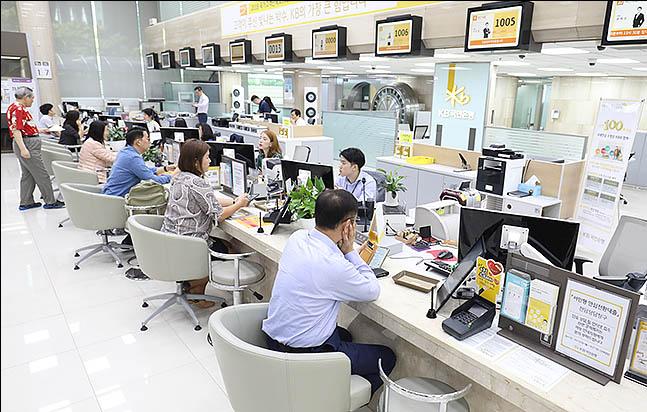 서울 여의도 KB국민은행 본점 상담 창구에 시민들이 대출 상담을 받고 있다. ⓒ데일리안 류영주 기자