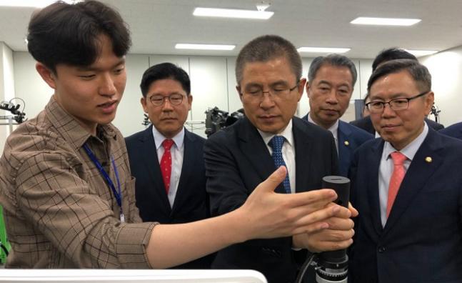 황교안 대표가 지난달 16일 대구 북구의 한국로봇산업진흥원을 찾아 둘러보고 있다. ⓒ데일리안 송오미 기자