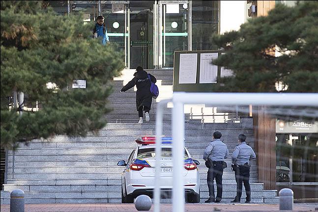 2020학년도 대학수학능력시험일인 14일 오전 서울 중구 이화여자외국어고등학교에서 수험생이 경찰차를 타고 시험장에 도착하고 있다. ⓒ데일리안 류영주 기자