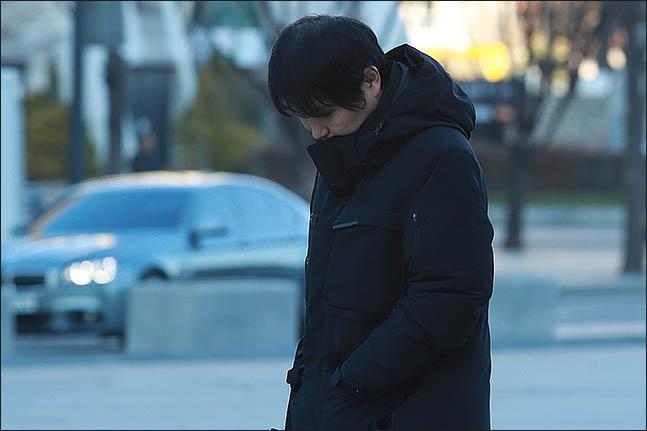 서울 종로구 광화문광장에 두꺼운 옷을 입은 시민이 출근길 발걸음을 재촉하고 있다. ⓒ데일리안 류영주 기자