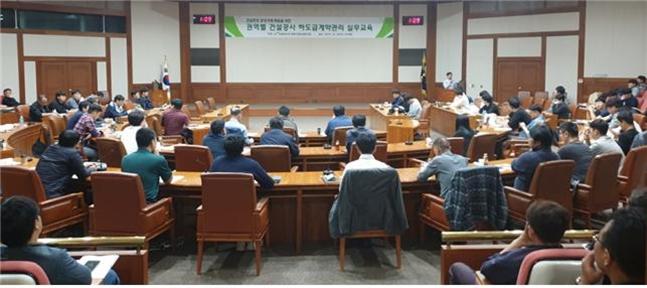 지난 10월 '수도권 건설공사 하도급계약관리 실무교육'에 참여한 건설현장 관계자들이 강의를 듣고 있다.ⓒLH