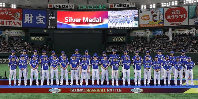 17일 일본 도쿄돔에서 열린 2019 프리미어12 결승전 대한민국과 일본의 경기에서 한국 야구대표팀이 3대5로 패하며 준우승을 차지한 가운데 선수들이 은메달을 목에 걸고 있다. ⓒ데일리안 홍금표 기자