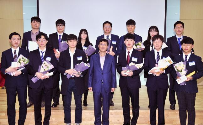 이윤태 삼성전기 사장(앞줄 가운데)이 18일 경기도 수원사업장에서 개최된