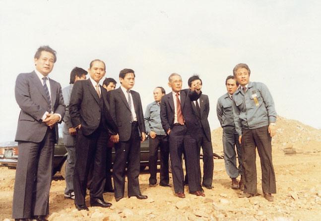 이병철 삼성그룹 창업주(앞줄 오른쪽에서 두 번째)가 지난 1983년 삼성반도체통신 기흥 VLSI공장 건설현장 방문해 무언가를 지시하고 있다. 그 옆으로 이건희 삼성그룹 회장(앞줄 왼쪽에서 세 번째)의 모습도 보인다.ⓒ삼성전자