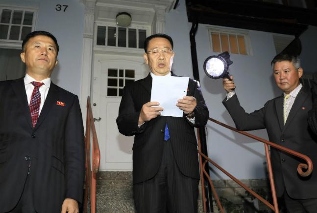 김명길 북한 외무성 순회대사가 지난 10월 6일 스웨덴 스톡홀름의 북한대사관 앞에서 미북 실무협상의 결렬 사실을 발표하고 있다. ⓒ뉴시스