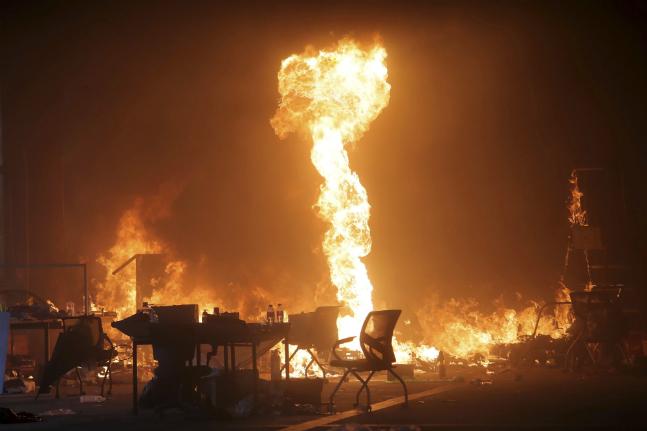 홍콩 자유 시위대와 경찰이 맞서고 있는 홍콩이공대 경내에서 불길이 치솟고 있다. ⓒ뉴시스